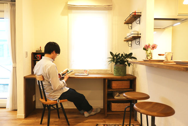 滝沢市葉の木沢山│コーギーと暮らすあったかお家カフェのダイニング横カウンター