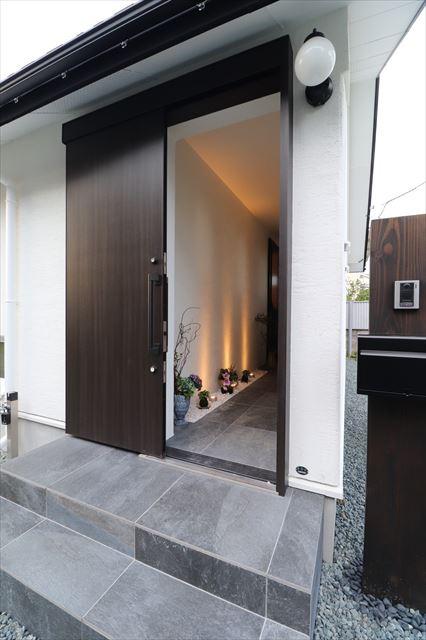 和の趣きを愉しむ平屋の玄関ドア