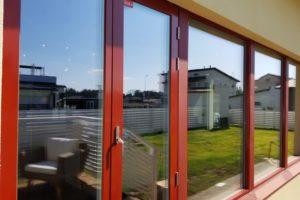 北欧の赤い窓の家