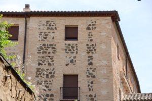 外壁にポイントで石を添える