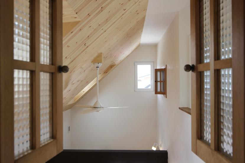 板張り天井の家